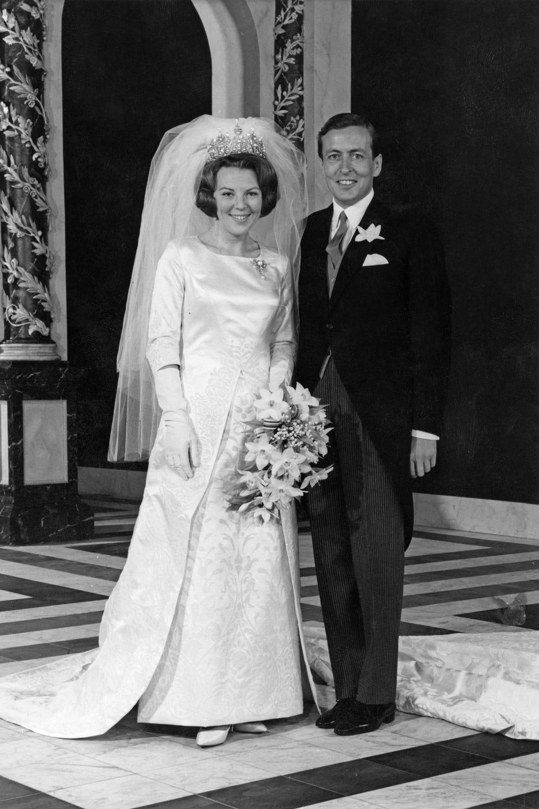 Приключения свадебного платья: сквозь войны и мир - Суть Событий