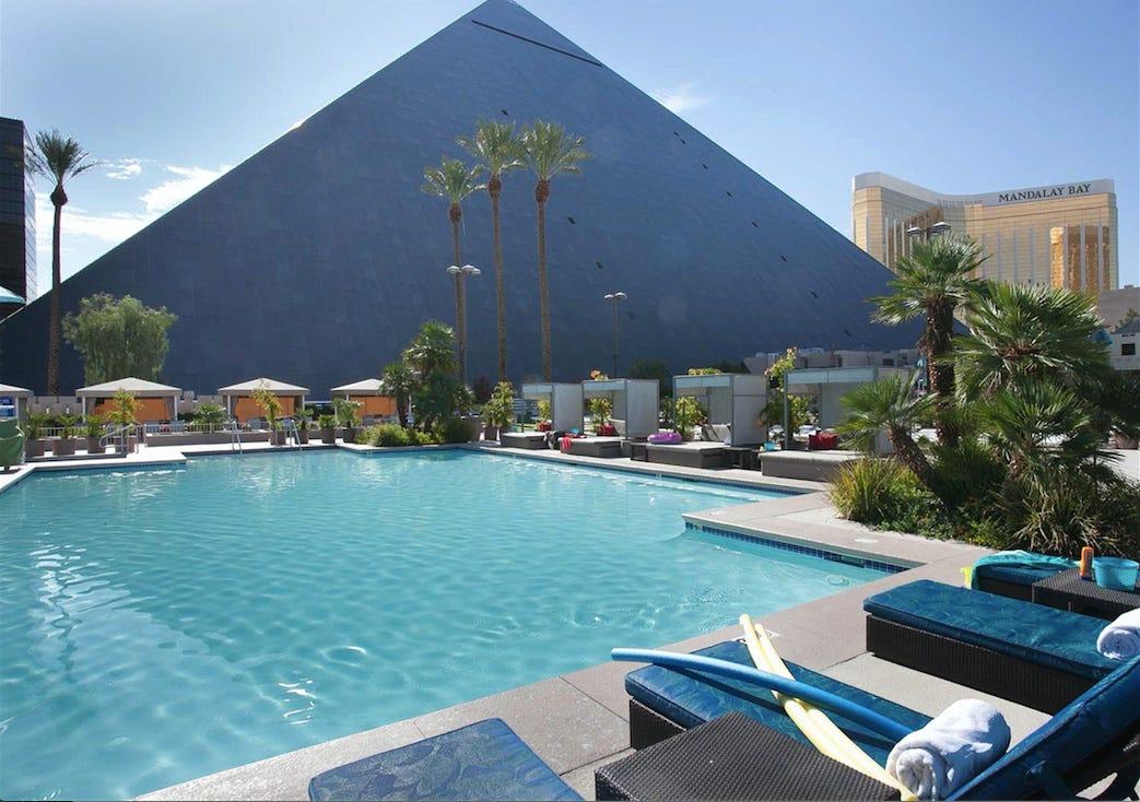 Best pools in vegas pool parties sin city - Luxor hotel las vegas swimming pool ...