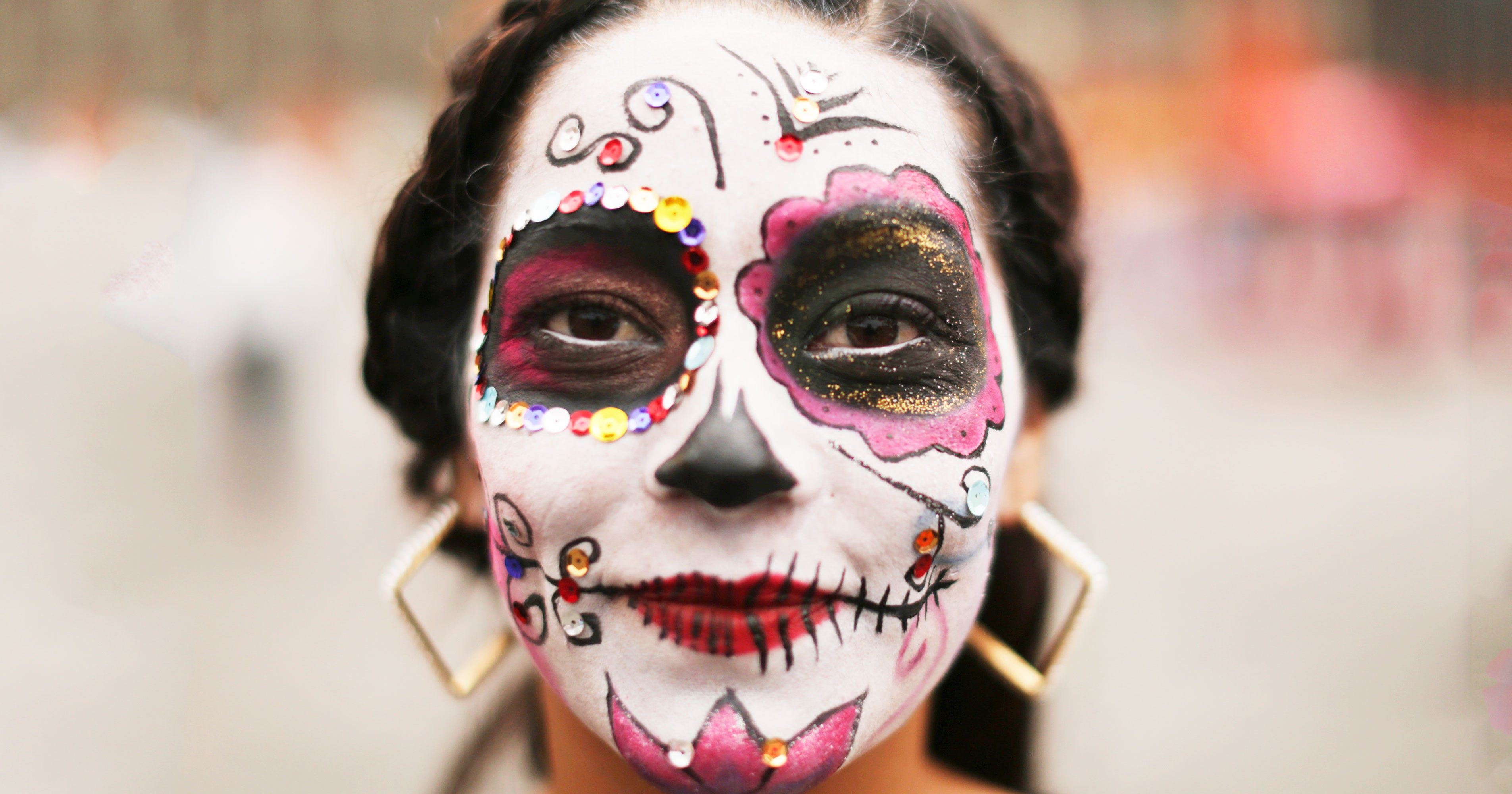 the origin and history of dia de los muertos In recent years, all things dia de los muertos have become increasingly popular you can find mexico's iconic imagery everywhere — from toilet seats to tattoos and even used as a popular wedding theme.