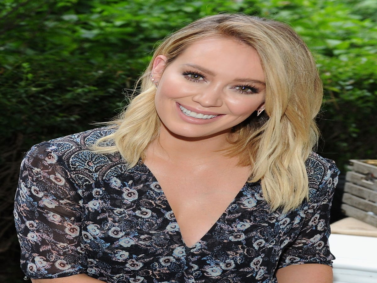 Hilary Duff s Makeup Artist Spills Her 7 Must-Have Products