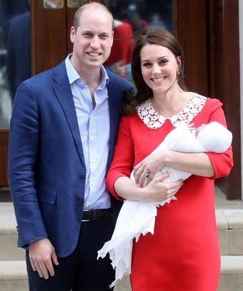 Prince William and Kate bring Prince Louis home