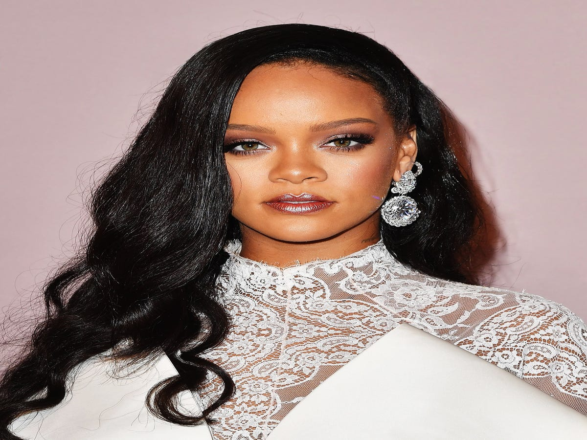 Rihanna s First YouTube Tutorial Proves That Highlighter Is A Full-Time Job