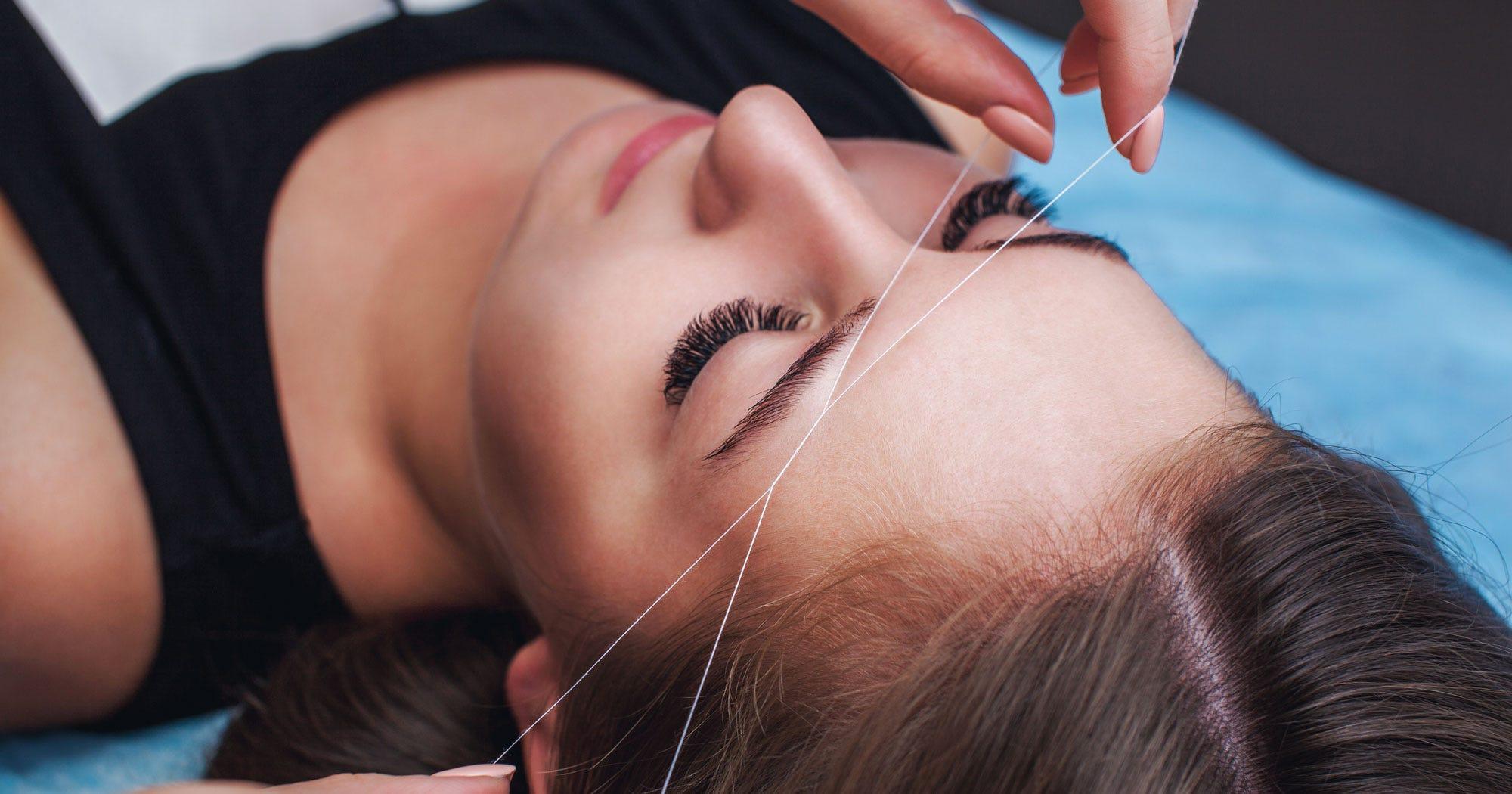 8 Dinge, die du wissen solltest, bevor du dir die Augenbrauen mit dem Faden zupfen lässt