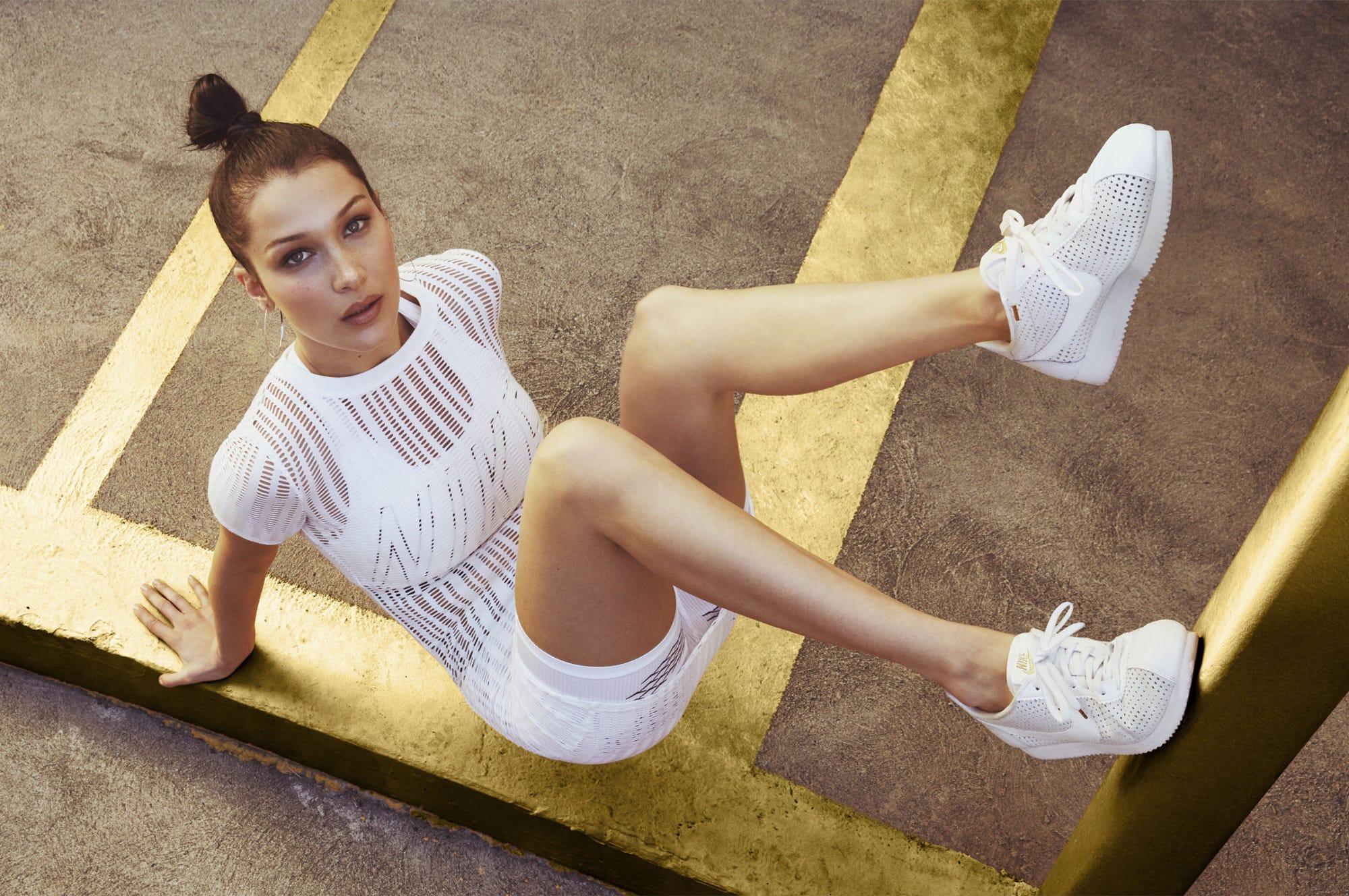 Cuarto periódico ¿Cómo  Bella Hadid Nike Cortez White Sneakers LA Outfits