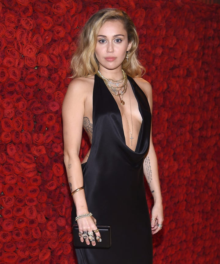 miley cyrus deletes all instagram posts here 39 s why. Black Bedroom Furniture Sets. Home Design Ideas
