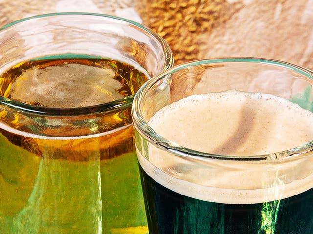 Zwei Biere stehen auf einem Tisch